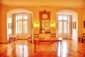 Großer Saal mit Terrassentüren